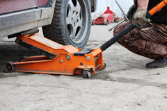 l'installation de la roue de voiture de tourisme et le remplacement le ressort fatiguent Photos stock