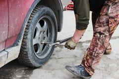 l'installation de la roue de voiture de tourisme et le remplacement le ressort fatiguent Image libre de droits