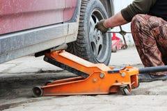 l'installation de la roue de voiture de tourisme et le remplacement le ressort fatiguent Images stock