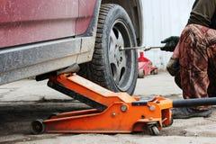 l'installation de la roue de voiture de tourisme et le remplacement le ressort fatiguent Photographie stock