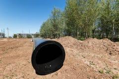 L'installation travaille aux canalisations en acier de rechange avec épais-wa Photos stock