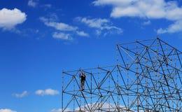 L'installatore monta la progettazione del metallo ad un'altezza Immagine Stock Libera da Diritti