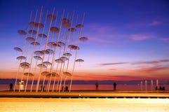 L'installazione degli ombrelli al nuovo lungomare di Salonicco Immagini Stock