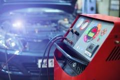 L'installazione riempie il condizionatore d'aria dell'automobile fotografia stock
