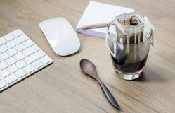 L'instant a fraîchement brassé la tasse du sac d'égoutture de café ou de papier sur a Image stock