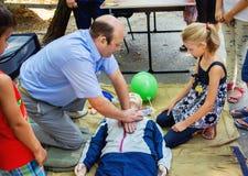 L'instructeur démontre des techniques de sauvetage de CPR sur le mannequin photographie stock libre de droits