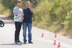 L'instructeur d'entraînement explique l'exercice d'homme dans le motordrome Images stock