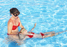 L'instructeur de natation apprennent le bain d'enfant. Photographie stock libre de droits