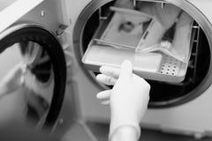 L'instrument dentaire emballé est placé dans un autoclave Photographie stock libre de droits