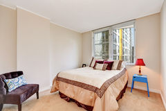 L'intérieur beige simple de chambre à coucher avec des tons bruns et crémeux enfoncent photographie stock