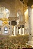 L'intérieur blanc de la mosquée d'Abu Dhabi Les EAU Photo libre de droits