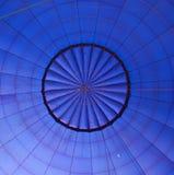 L'intérieur d'un grand modèle rond chaud bleu de ballon à air Image stock
