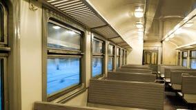 L'intérieur d'un train de voyageurs avec les sièges vides Image stock