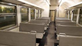 L'intérieur d'un train de voyageurs avec les sièges vides Images libres de droits