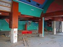 L'intérieur d'une épave a abandonné la discothèque ou la boîte de nuit avec la blocaille a couvert le plancher et a câblé accroch photos libres de droits