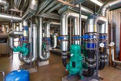L'intérieur d'une chaufferie moderne de gaz avec des pompes, valves, a Image libre de droits