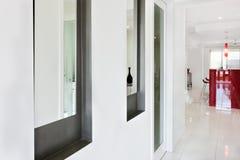 L'intérieur d'une maison moderne avec le couloir et clôturent la vue d'un vent Image libre de droits