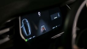 L'intérieur d'une voiture électrique du model X de Tesla banque de vidéos