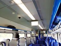 L'intérieur d'une voiture de tourisme ultra-rapide de jour moderne dans des couleurs bleues et blanches Sièges mous pour des pers photo stock