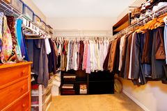 L'intérieur de cabinet de célibataire avec un bon nombre d'affaires vêtx. Photographie stock
