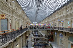 L'intérieur de centre commercial de GOMME à Moscou Images stock