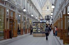 L'intérieur de centre commercial de passage Photo stock