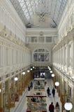 L'intérieur de centre commercial de passage Images libres de droits