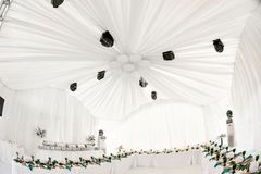 L'intérieur de la tente pour épouser le wagon-restaurant, préparent pour des invités Servi autour de la table de banquet extérieu photographie stock