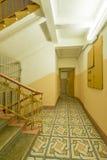 L'intérieur de la vieille entrée d'une maison de rapport à Moscou Photo libre de droits