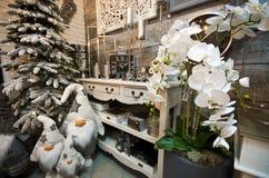 L'intérieur de l'les articles à la maison font des emplettes avec des decoratoins de Noël Photographie stock libre de droits