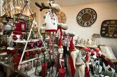 L'intérieur de l'les articles à la maison font des emplettes avec des decoratoins de Noël Images stock