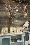 L'intérieur de l'les articles à la maison font des emplettes avec des decoratoins de Noël Photos stock