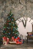 L'intérieur de nouvelle année et de Noël avec des heures Photo libre de droits
