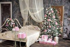 L'intérieur de nouvelle année et de Noël dans la couleur rose Photographie stock libre de droits