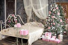 L'intérieur de nouvelle année et de Noël dans la couleur rose Photos libres de droits