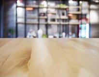 L'intérieur de restaurant de barre de compteur de dessus de Tableau a brouillé le fond image libre de droits