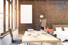 L'intérieur de siège social avec les murs noirs, les grandes fenêtres, un ordinateur se tenant sur une table en bois et un bureau Photographie stock
