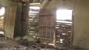 L'intérieur de vieilles et abandonnées huttes, portes et fenêtres banque de vidéos