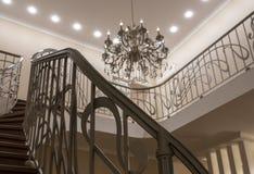L'intérieur des deuxièmes escaliers légers, lustre de balustrades images stock
