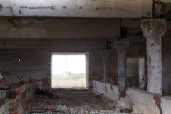 L'intérieur du bâtiment est une vieille ferme abandonnée sur les périphéries du village, Ukraine Photographie stock libre de droits