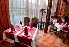 L'intérieur du hall de banquet Les tables servies par support ont couvert des WI Images stock
