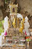 L'intérieur du Tham teintent la caverne avec plus de 4000 chiffres de Bouddha dans Luang Prabang, Laos Photos libres de droits
