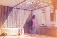 L'intérieur en bois de salle de bains avec un arbre, dégrossissent modifié la tonalité Photographie stock libre de droits