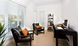 L'intérieur moderne de pièce de travail a décoré utilisant les meubles a de couleur sombre Image libre de droits