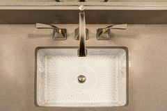 L'intérieur moderne de salle de bains revendique l'évier de sous-compteur d'impression de Chinois photo stock