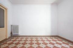 L'intérieur vide de pièce avec la liberté a couvert de tuiles le plancher avec le deco géométrique photo stock