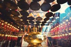 L'int?rieur de l'homme Mo Temple, Hong Kong, avec des offres d'encens et des bobines suspendues du plafond Il est un des célèbre image stock