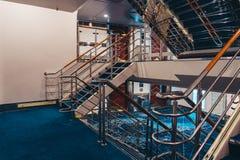 ? l'int?rieur de la milliseconde Silja Symphony et une des escaliers entre la plate-forme 9 et 10 photographie stock libre de droits