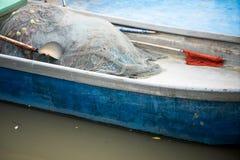 ? l'int?rieur du bateau avec le filet de p?che image libre de droits