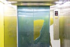 ? l'int?rieur du petit ascenseur photos libres de droits